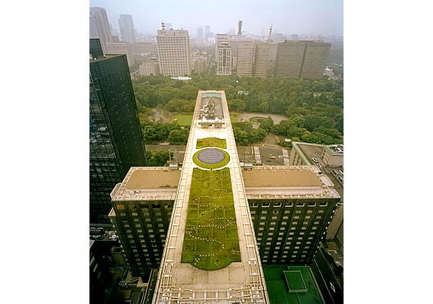 O hotel Imperial histórico de Tóquio combina plantas no telhado com painéis solares elétricos que imitam o formato de um laguinho de jardim.